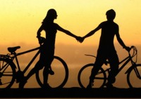 holding-hand-couple-with-bicycles
